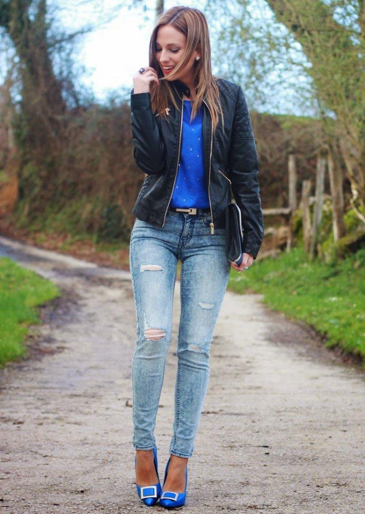 Zapatos azules y cazadora de cuero